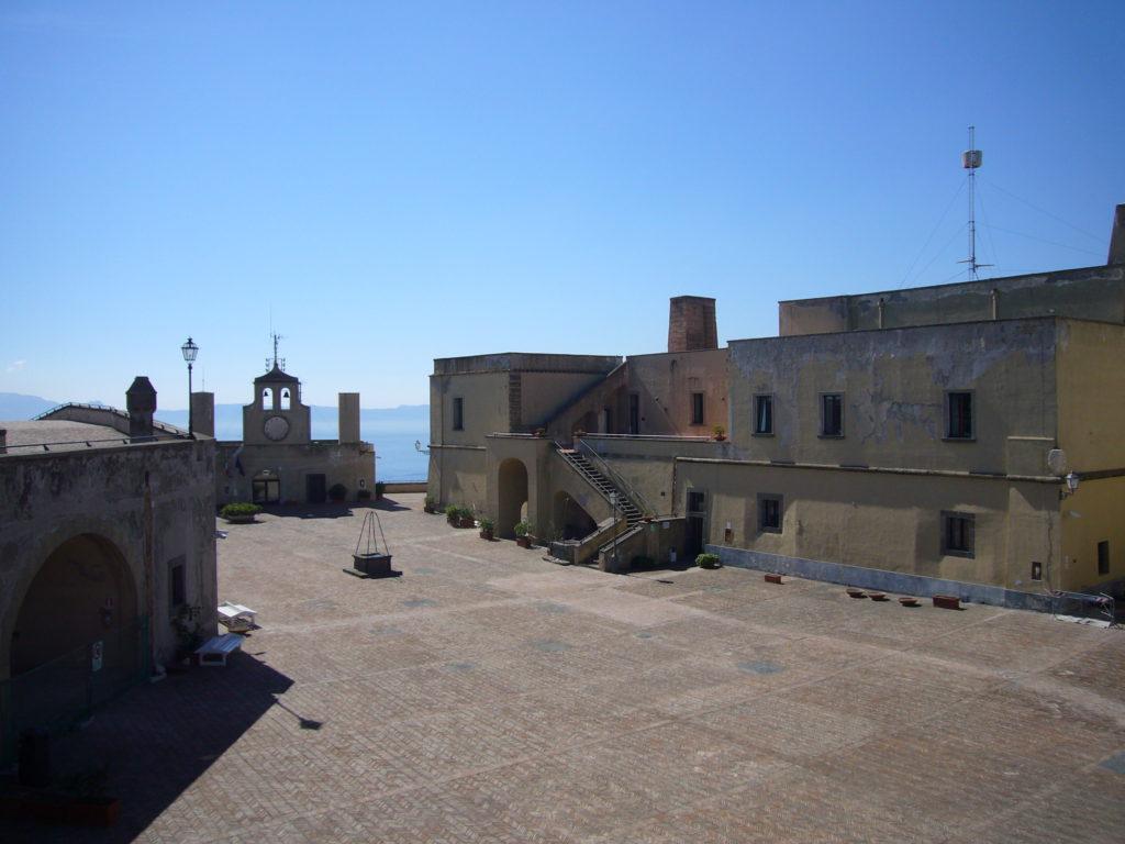 Napoli_Castel_s_Elmo_piazza_d'armi_dal_camminamento_1050116