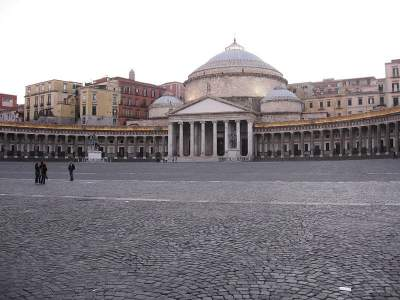Piazza del Plebiscito. The main square in Naples – what to see, church, Royal Palace